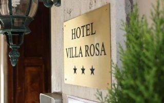 Voorkant met bord van Villa Rosa