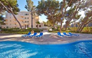Buitenzwembad en zonneterras van Hotel Club Palma Bay op Mallorca
