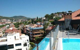 Dakterras met zwembad en uitzicht van Hotel Catalonia Park Güell in Barcelona