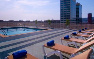 Dakterras met zwembad en zonneterras van Hotel Expo in Barcelona