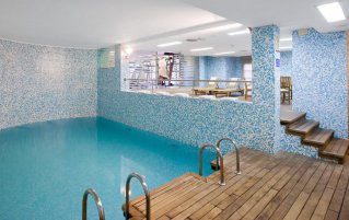 Zwembad van hotel NH las Artes in Valencia