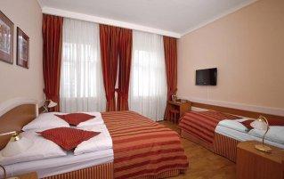 Rode slaapkamer in hotel Marketa in Praag