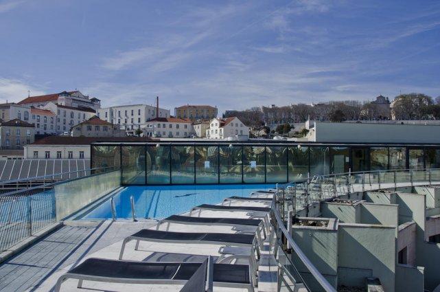 Dakterras met zonneterras en zwembad van aparthotel VIP Executive Eden in Lissabon