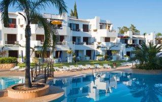 Tuin met buitenzwembad van Resort Balaia Golf Village in Algarve