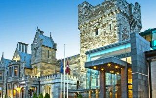 Vooraanzicht van Hotel Clontarf Castle in Dublin