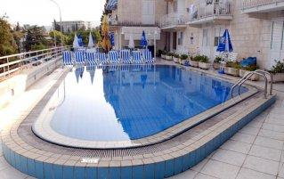 Buitenzwembad van Hotel Komodor in Dubrovnik