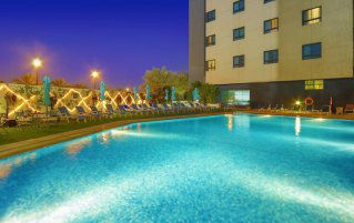 Zwembad op het dak van Hotel Arabian Park in Dubai