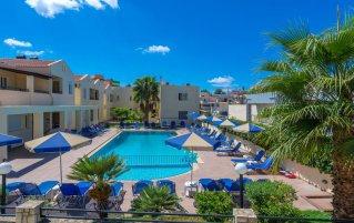 Het zwembad met zonneterras van Apparthotel Theos Village Kreta