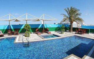 Zwembad van hotel Donatello Dubai