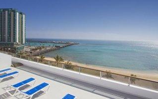Zonneterras met uitzicht op het strand hotel Lancelot op Lanzarote