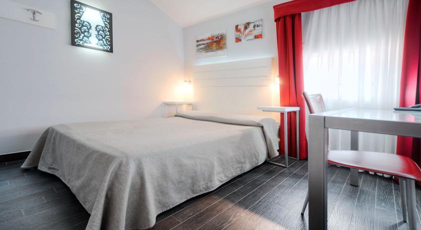 Tweepersoonskamer met bed hotel Aaron stedentrip Venetië