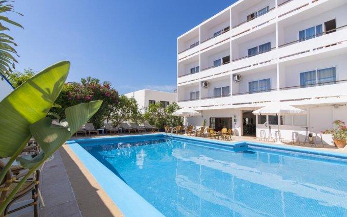 Buitenzwembad en gebouw van Hotel Azuline Mediterraneo op Ibiza