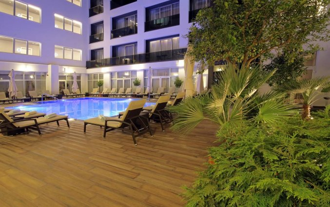 Zwembad met ligbedjes van hotel Lero in Dubrovnik