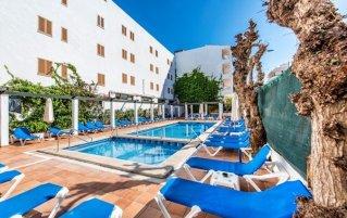 Zwembad met zonneterras van Appartementen Arcos Playa Mallorca