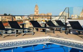 Zwembad en dakterras van hotel Salles Malaga Centro in Malaga