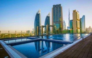 Zwembad op terras van hotel Gevora in Dubai