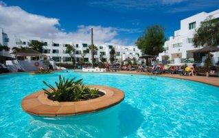 Het grote zwembad van de appartementen Galeon Playa Lanzarote