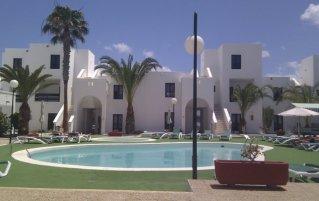 Het zwembad met zonneterras van Apartamentos Sol Lanzarote