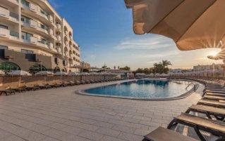 Buitenzwembad met zonneterras van Aparthotel Luna Solaqua Algarve