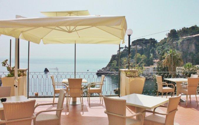 Terras met uitzicht vanuit Hotel Baia Azzurra op Sicilie