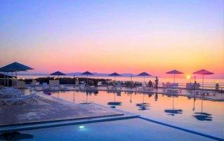 Het zwembad met zicht op de zee bij Zorbas Hotel Beach Village op Kreta