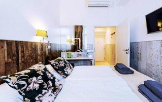 Tweepersoonskamer met een tweepersoonsbed van Hotel Royal Court in Praag