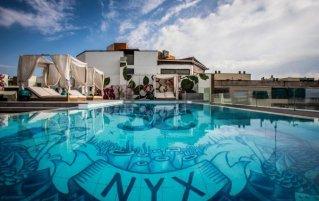 Zwembad van hotel NYX in Madrid