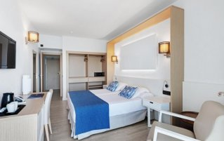 Slaapkamer van hotel THB Los Molinos in Ibiza