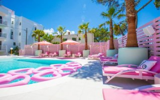 Zwembad van hotel Wi-Ki Woo op Ibiza