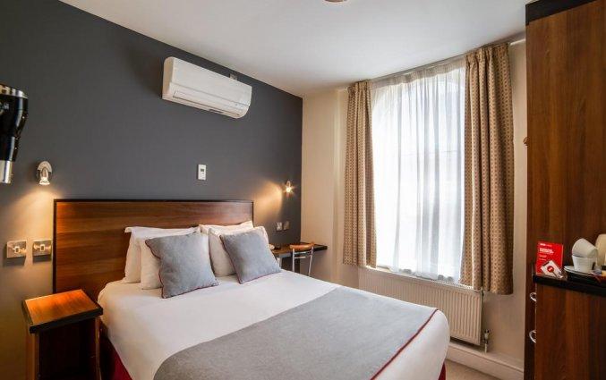 Tweepersoonskamer van Hotel OYO Elysee in Londen