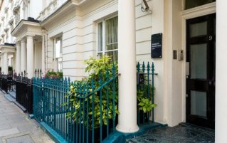 Ingang van Hotel Kensington Gardens in Londen