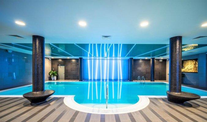 Zwembad van Hotel Wellton Riverside Spa in Riga