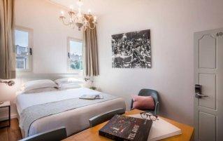 Tweepersoonskamer van hotel Dizengoff Suites in Tel Aviv