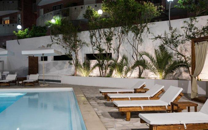 Ligbedjes bij het zwembad van Hotel Seven Suite in Puglia