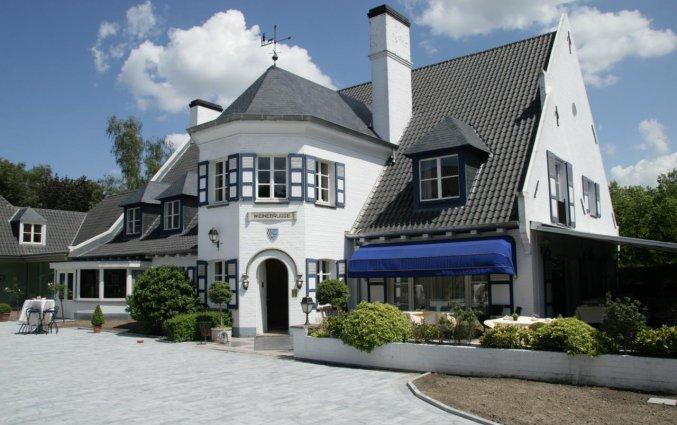 Vooraanzicht van Hotel Restaurant Weinebrugge