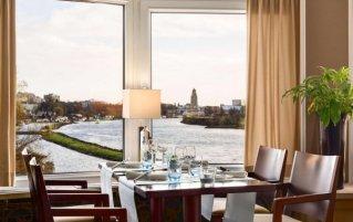 Tafel in het restaurant van NH Arnhem Rijnhotel in Arnhem