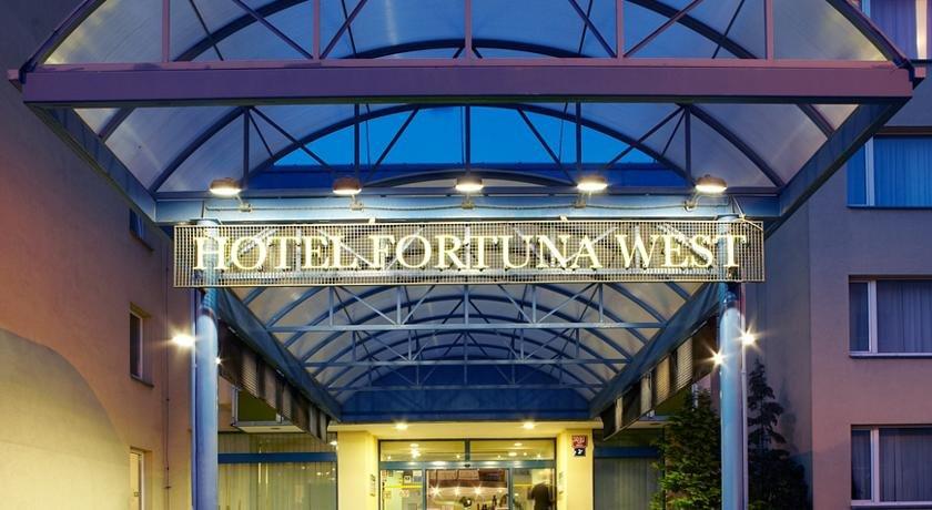 Ingang van Hotel Fortuna West in Praag
