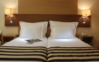 Tweepersoonsbed in kamer van hotel Principe Lisboa stedentrip Lissabon