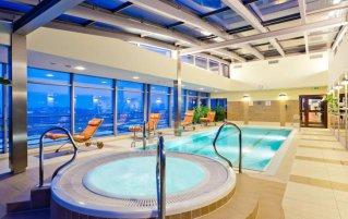 Wellnesscentrum met binnenzwembad van Hotel Qubus in Krakau