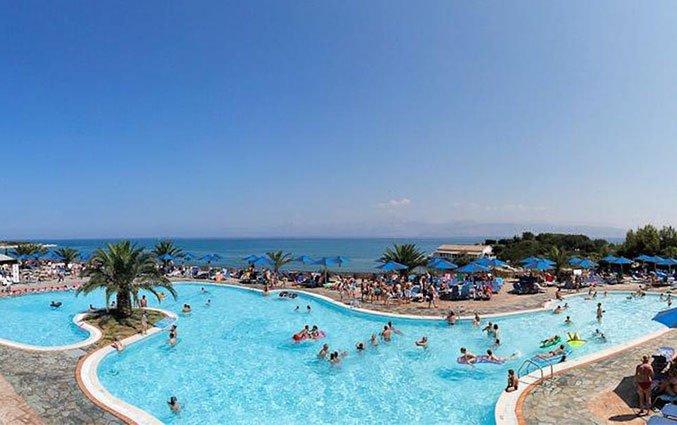 Buitenzwembad van Resort Mareblue Beach op Corfu