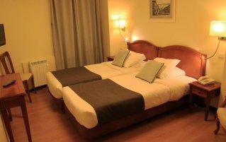 Tweepersoonskamer met enkele bedden van Hotel Da Bolsa in Porto