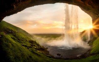 Waterval en zonsopkomst in IJsland