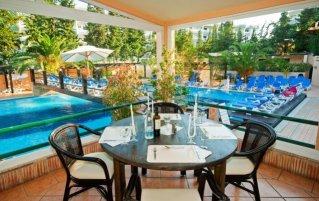 Terras van Hotel Balaia Mar in de Algarve