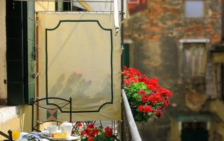 Balkon met zitjes en ontbijt van hotel Apostoli Palace stedentrip Venetië