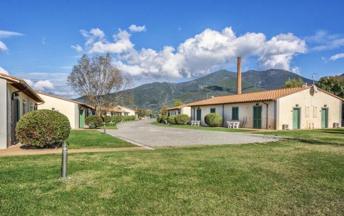 Gebouw met tuin van Resort Eden Park in Toscane