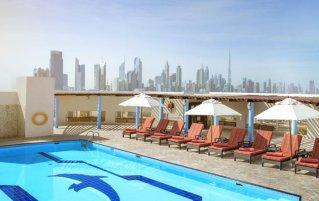 Zwembad van hotel Jumeira Rotana