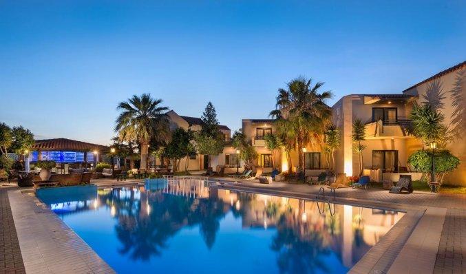 Zwembad en appartementen van Aparthotel Nireas Kreta