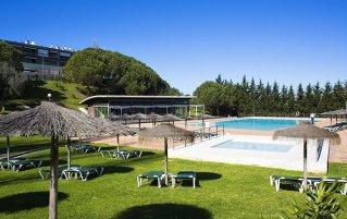 Tuin met buitenzwembad van Appartementen VitaSol Park in de Algarve