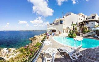 Buitenzijde van het aparthotel La Rosa Sul Mare in Sicilië