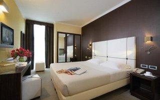 Tweepersoonsbed in standaard kamer van Hotel Ambasciatori in Venetië
